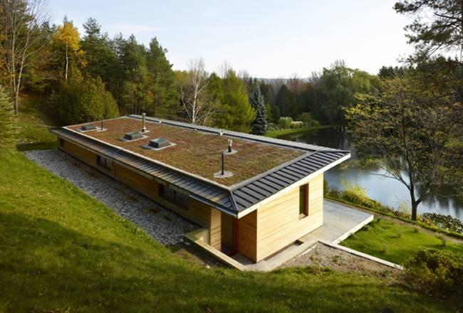Небольшой дизайнерский дом. Фасад дома органично вписывается в ландшафт и красиво отражается в водной глади - фото 1