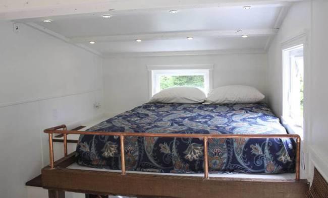 Спальня под потолком в небольшом доме на колёсах