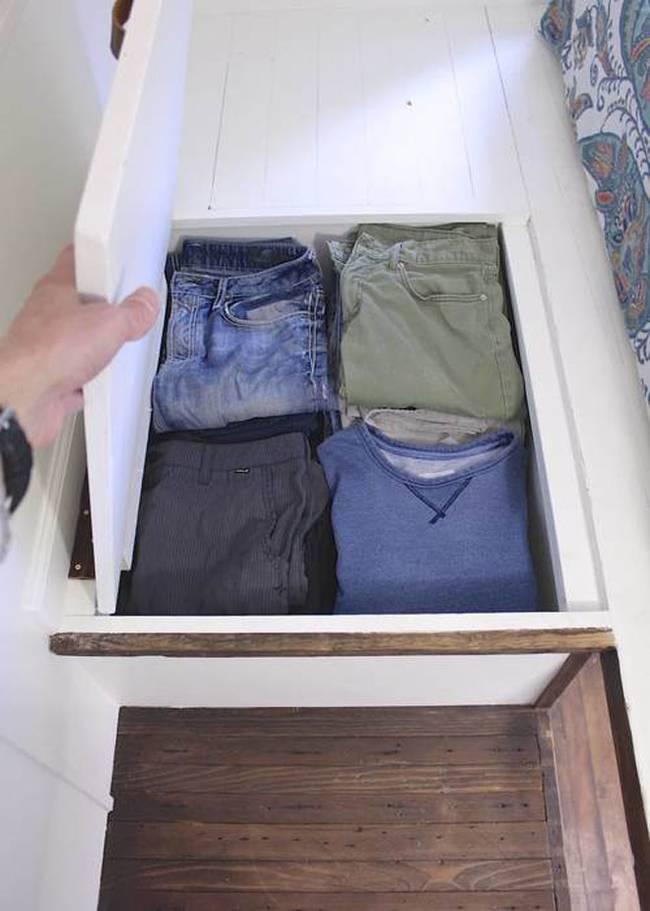 Система хранения одежды в небольшом доме на колёсах
