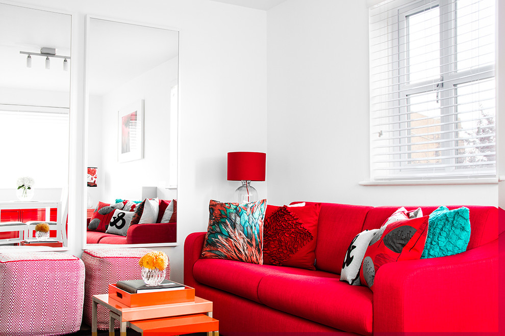 Красная мебель и аксессуары в белой гостиной