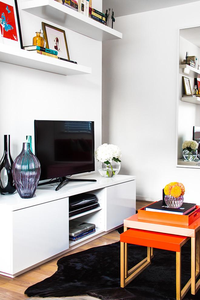 Телевизор на консольном столике в гостиной