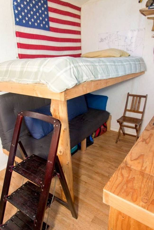 Недорогой маленький дом. Диван и кровать