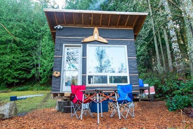 Недорогой маленький дом. Пикник рядом с домиком