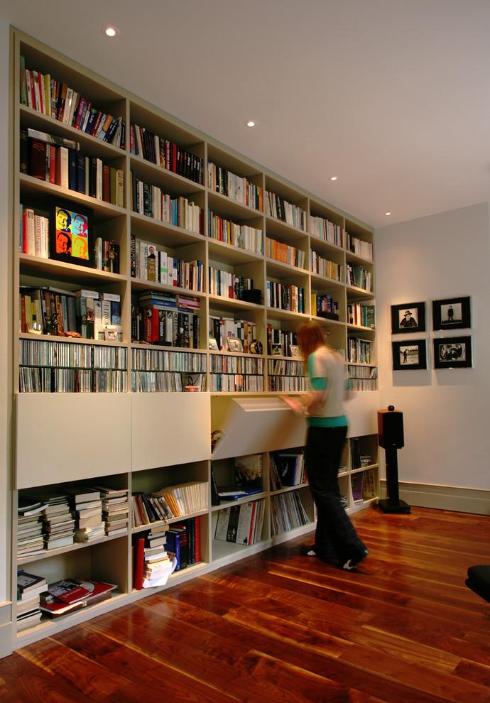 Книжный стеллаж с открытыми и закрытыми полками