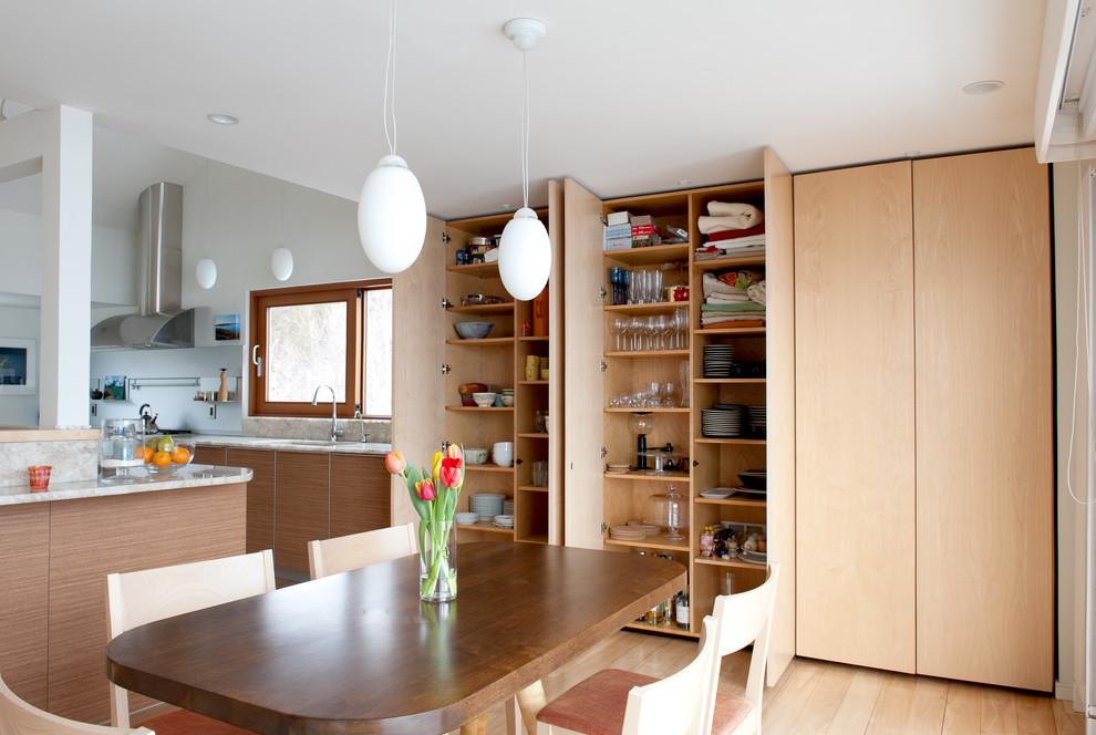 Встроенный шкаф в столовой