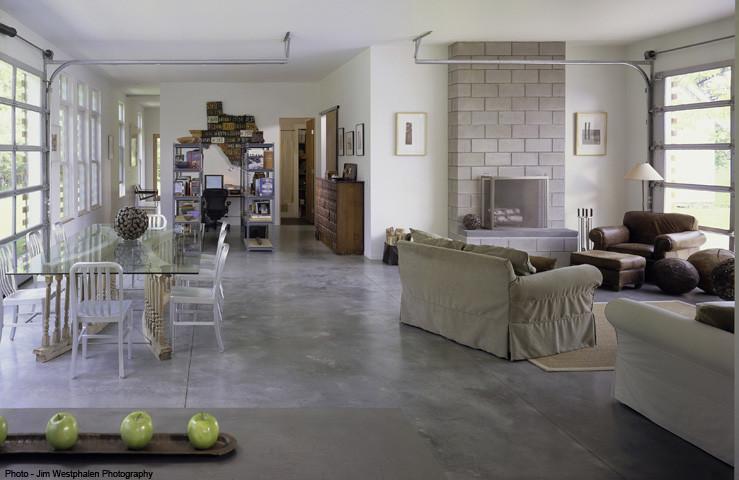 Квартира-студия в гараже со стеклянными воротами