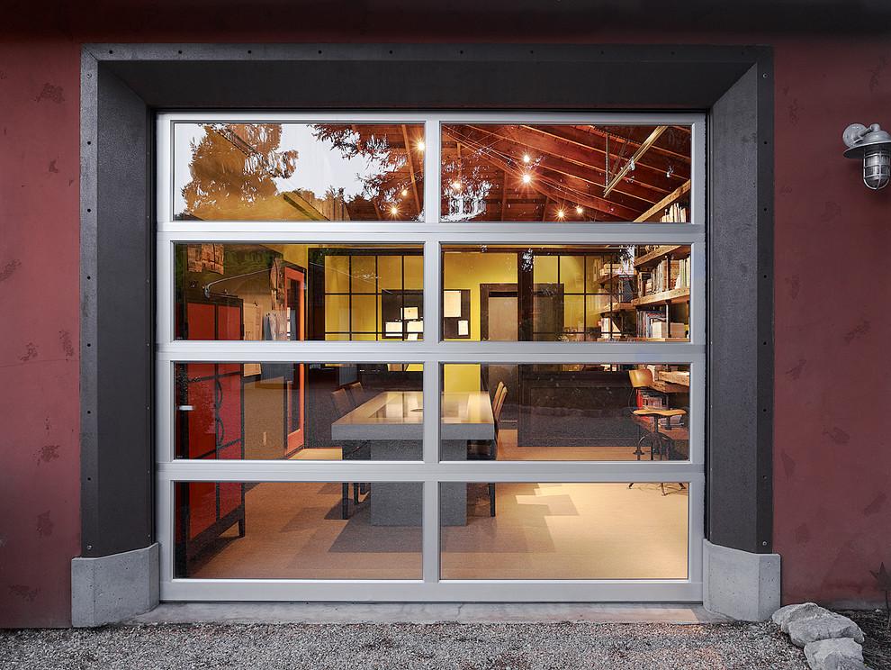 Кухня в гараже со стеклянными воротами