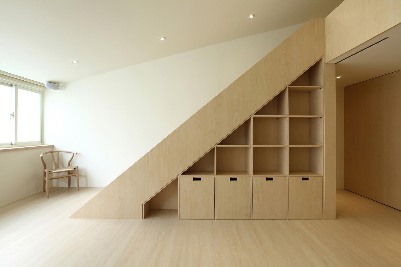 Книжный шкаф под лестницей