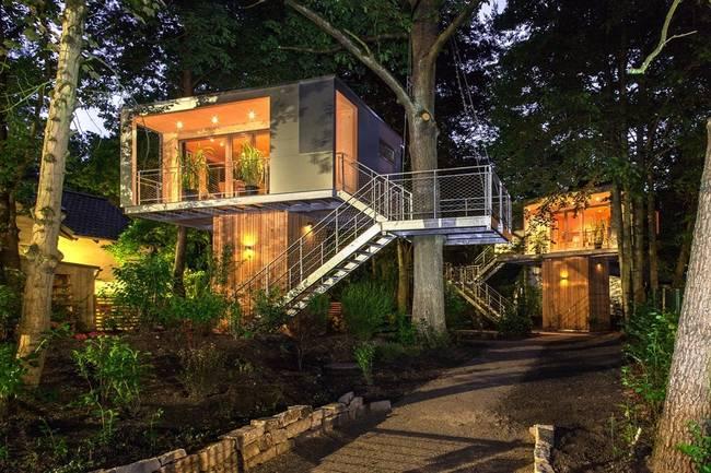 Необычный дом на дереве в сумерках