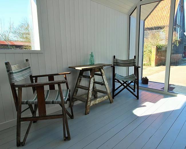 Интерьер хижины в лесу: простая мебель
