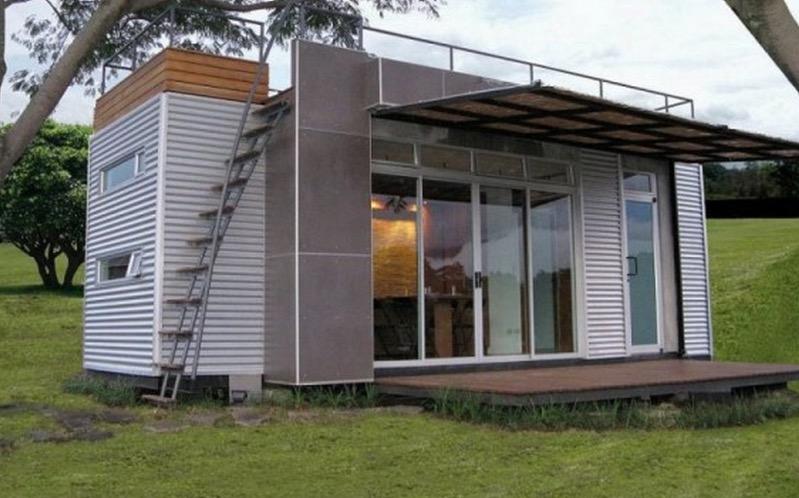 Необычный маленький дом с балконом