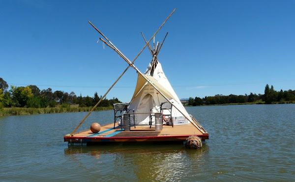 Необычный маленький дом на воде