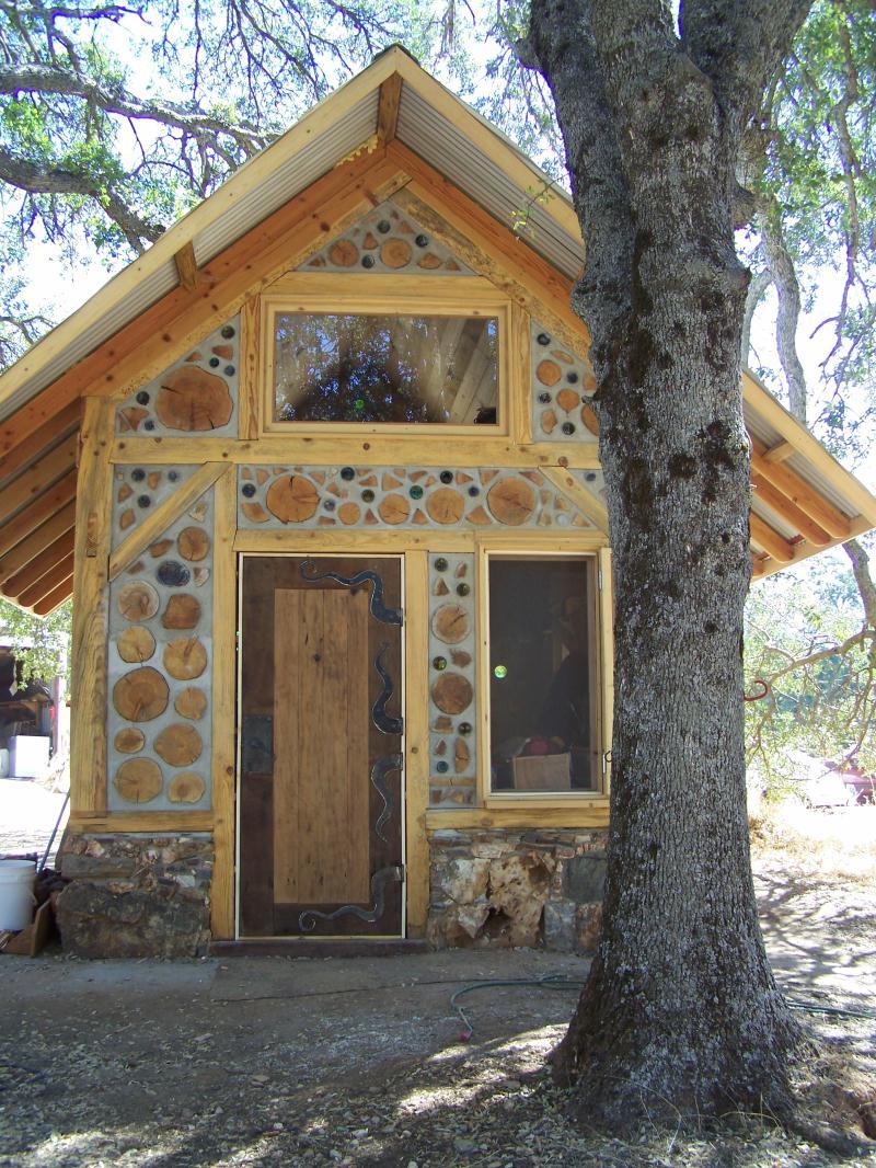 Необычный маленький дом в двух уровнях