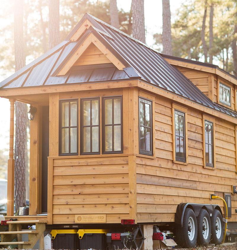 Необычный маленький дом от Lora Higgins