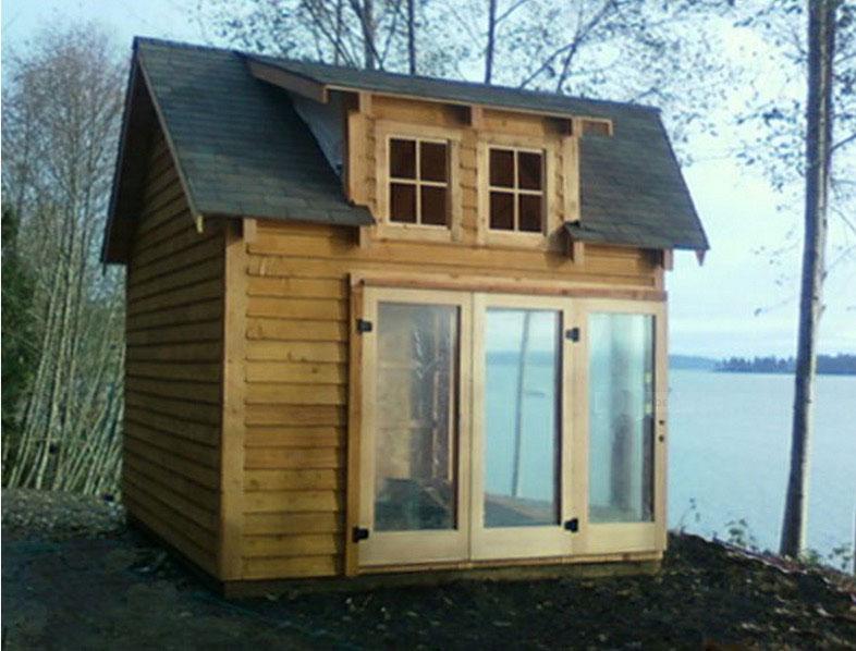Необычный маленький дом из дерева