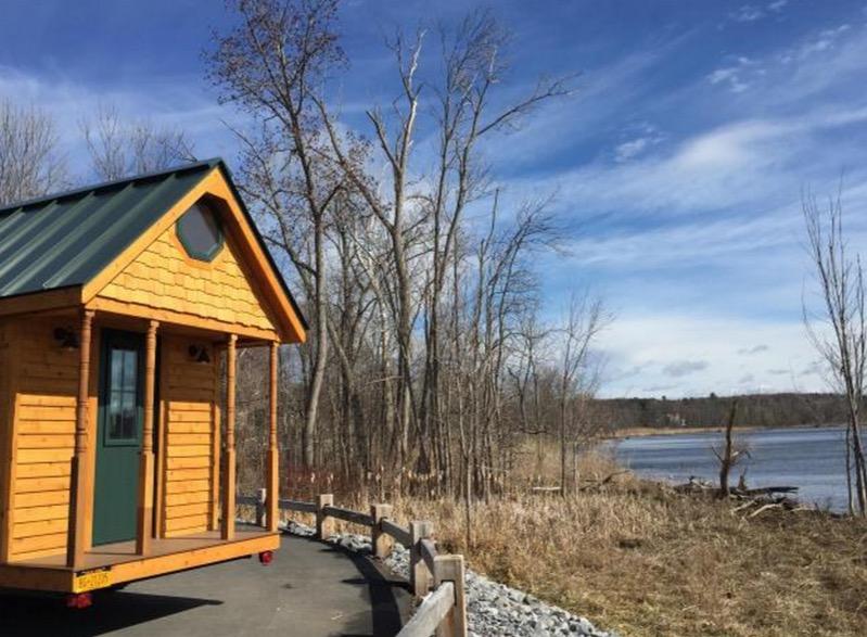 Необычный маленький дом у озера