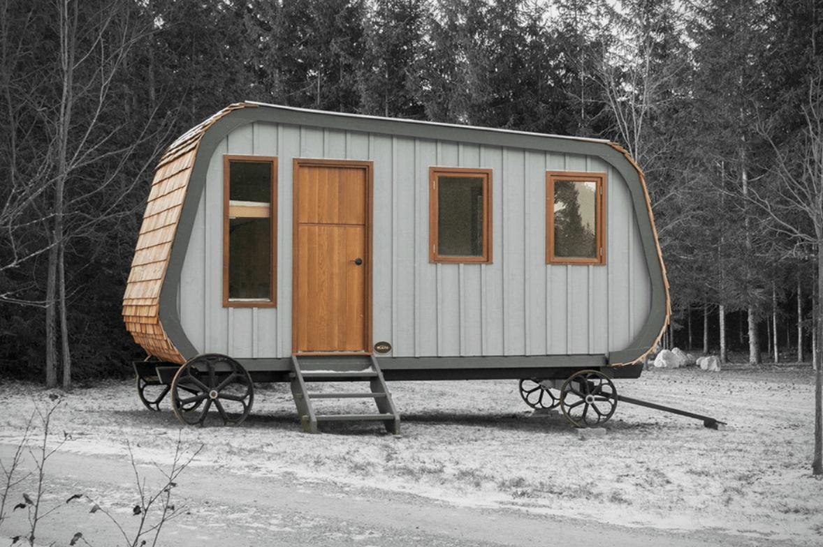 Необычный маленький дом в лесу