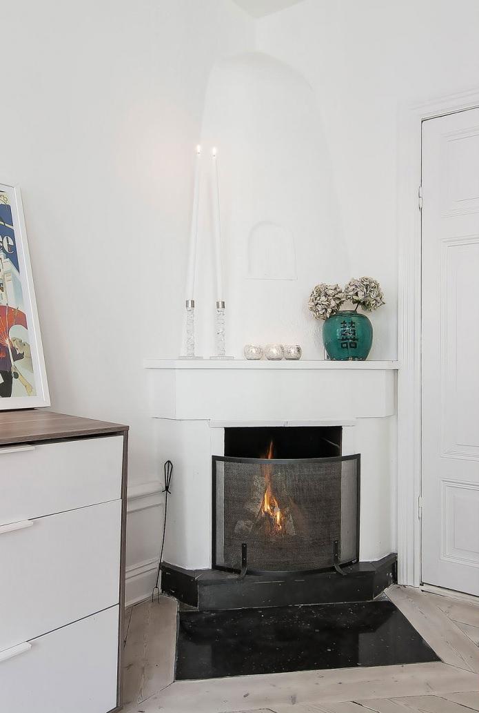 Камин в квартире-студии в скандинавском стиле