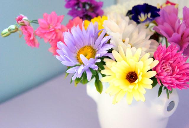 Яркий букет цветов в женской квартире