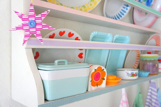 Посуда на кухне в женской квартире
