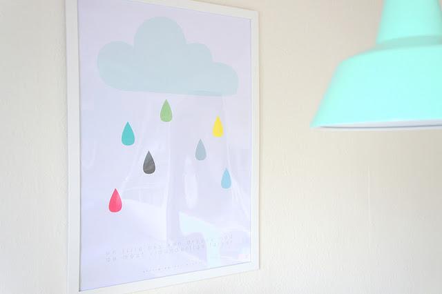 Картина на стене в столовой в женской квартире