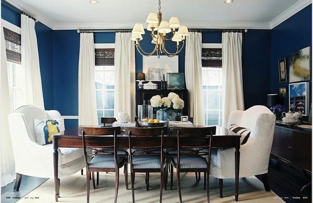 Синие стены в столовой с низкими потолками