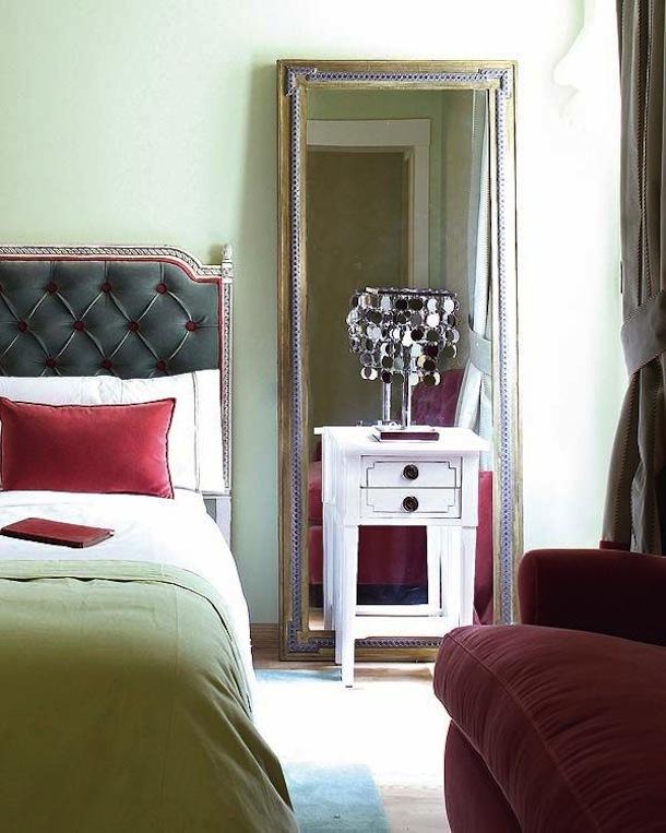 Высокое зеркало на полу в спальне