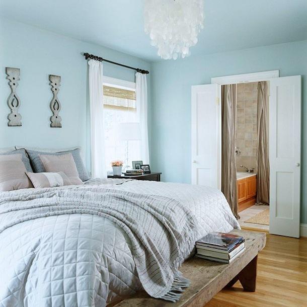Спальня с низкими потолками в голубом цвете