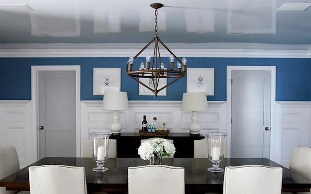 Низкий глянцевый потолок в столовой