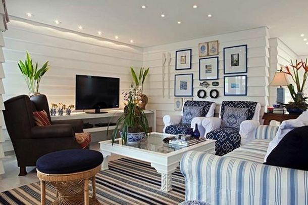 Гостиная с низкими потолками в белом цвете
