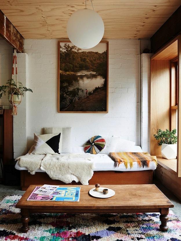 Большая картина на стене в гостиной