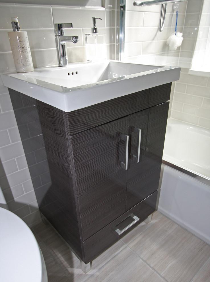 Туалетный столик в интерьере маленькой ванной