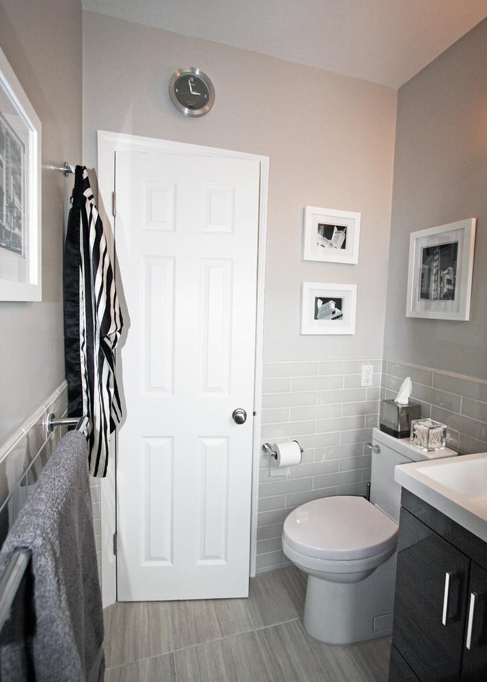 Компактный туалет в интерьере маленькой ванной