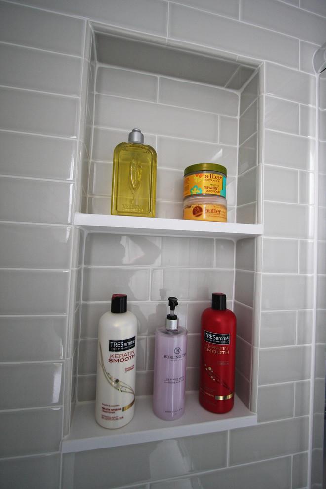 Ниша с открытыми полками в интерьере маленькой ванной