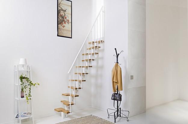 Плавающая лестница в прихожей