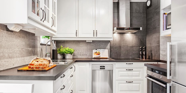 Угловая кухня в чёрно-белом цвете