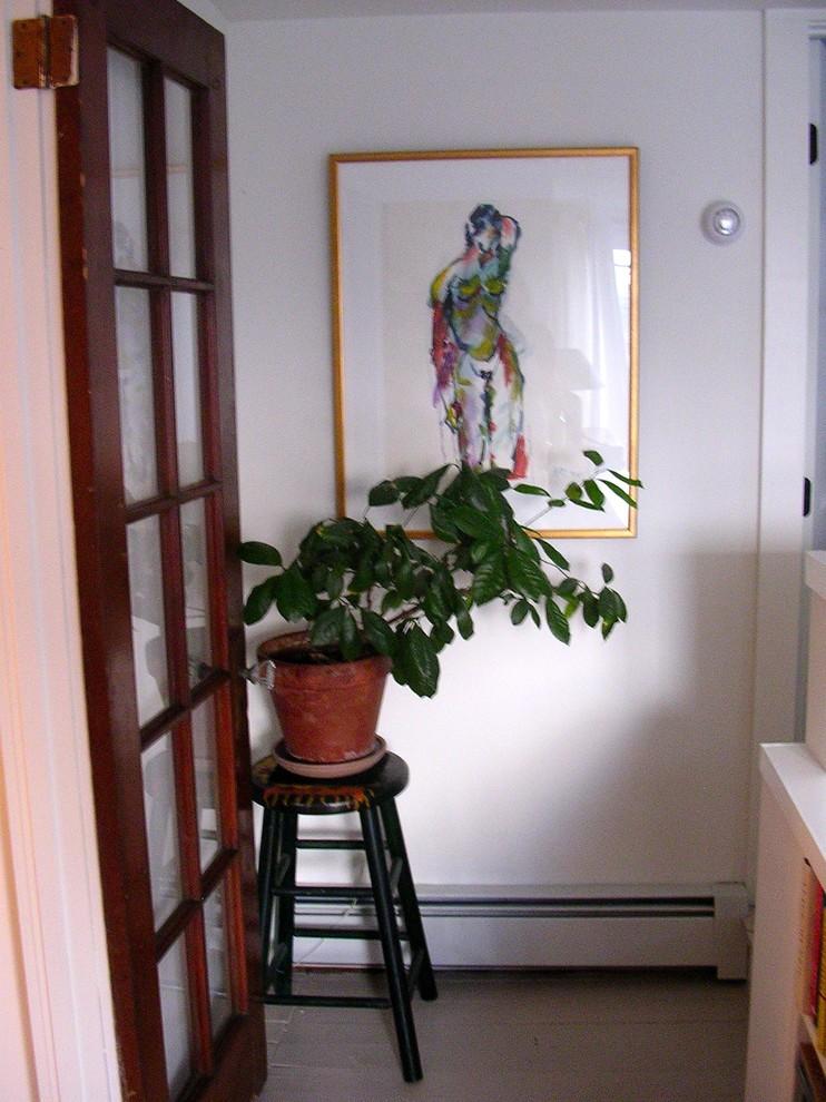 Растение на табурете в углу