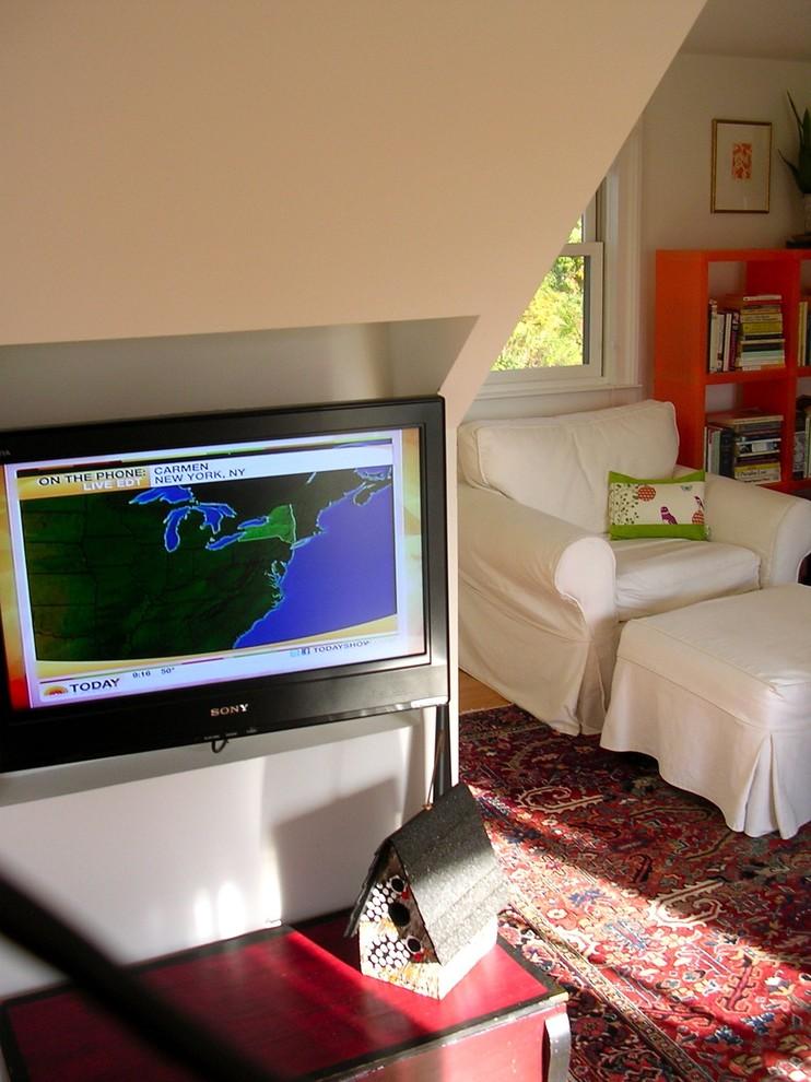Телевизор в гостевом салоне небольшого особняка в США