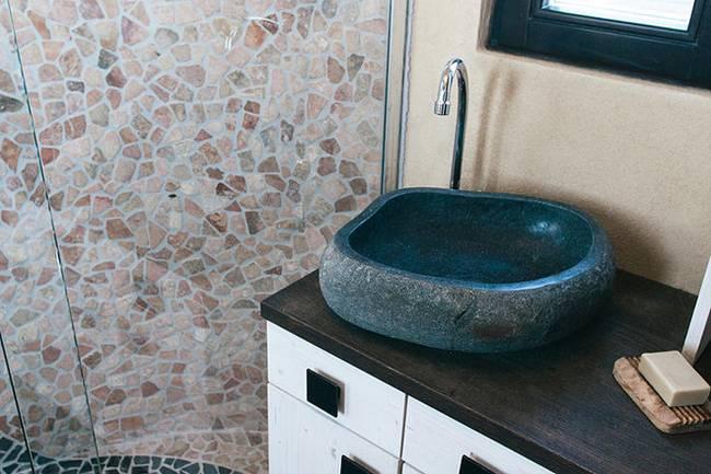 Внутреннее обустройство маленького дома: «каменная» раковина