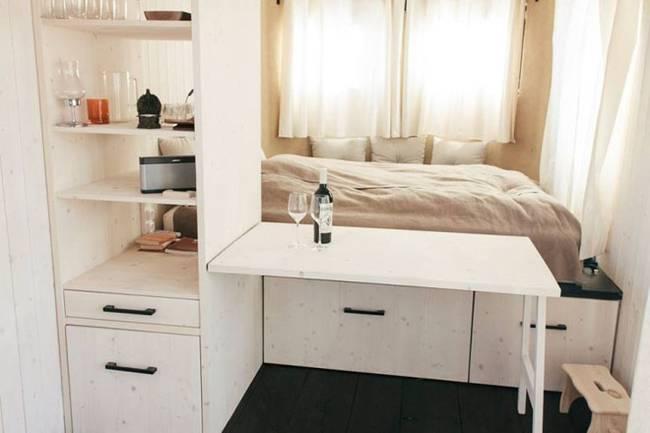 Внутреннее обустройство маленького дома: раскладной столик в спальне