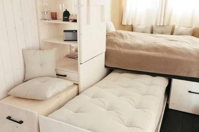 Внутреннее обустройство маленького дома. Дополнительную кровать можно выдвинуть на случай, если гости захотят остаться