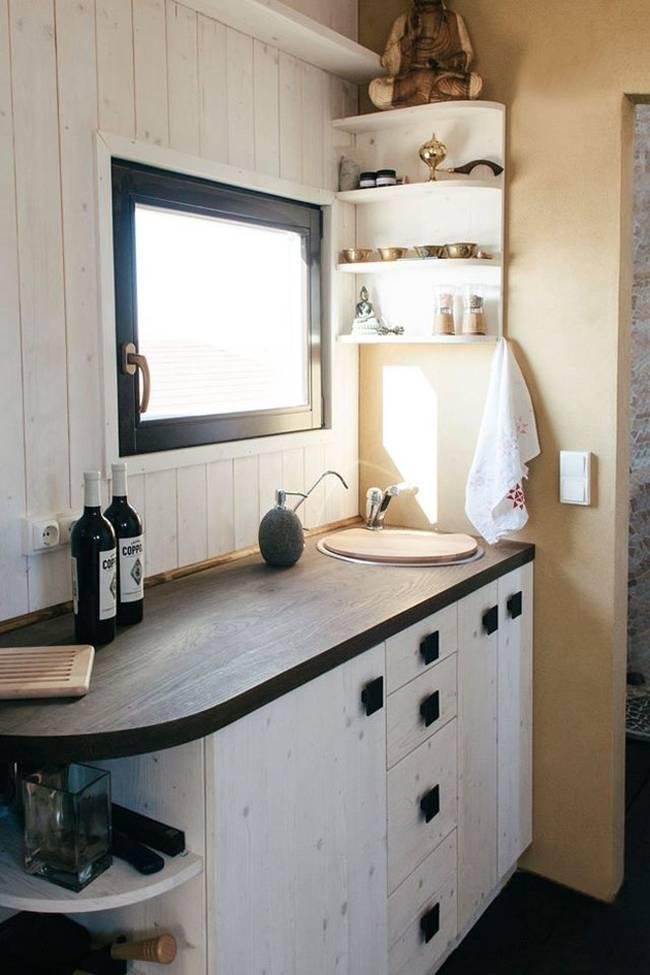 Внутреннее обустройство маленького дома. В кухне создан контраст тёмного и светлого с помощью небольших изменений цвета