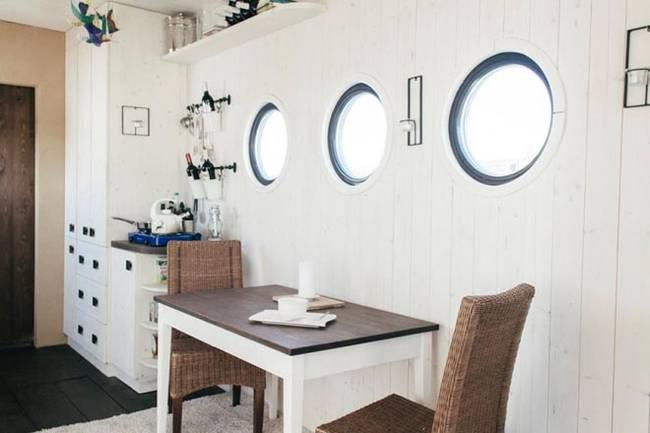 Внутреннее обустройство маленького дома: окна, напоминающими иллюминаторы