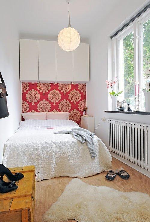 Навесные шкафы в маленькой спальне