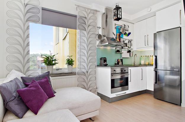 Зеркальный холодильник в квартире-студии