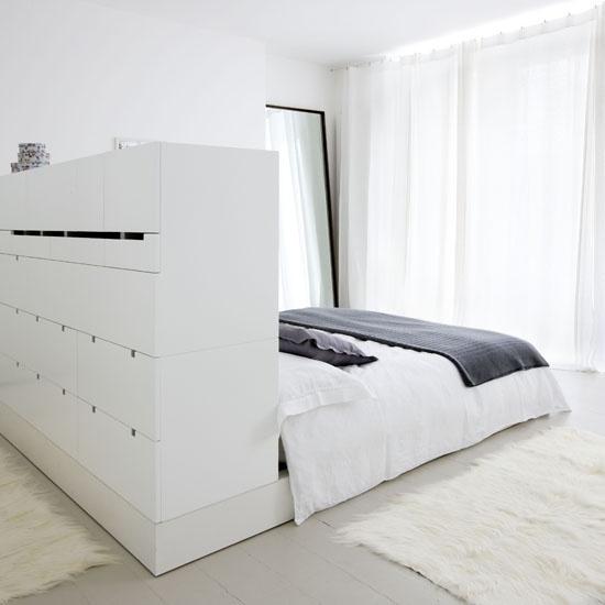 Комод в изголовье  кровати