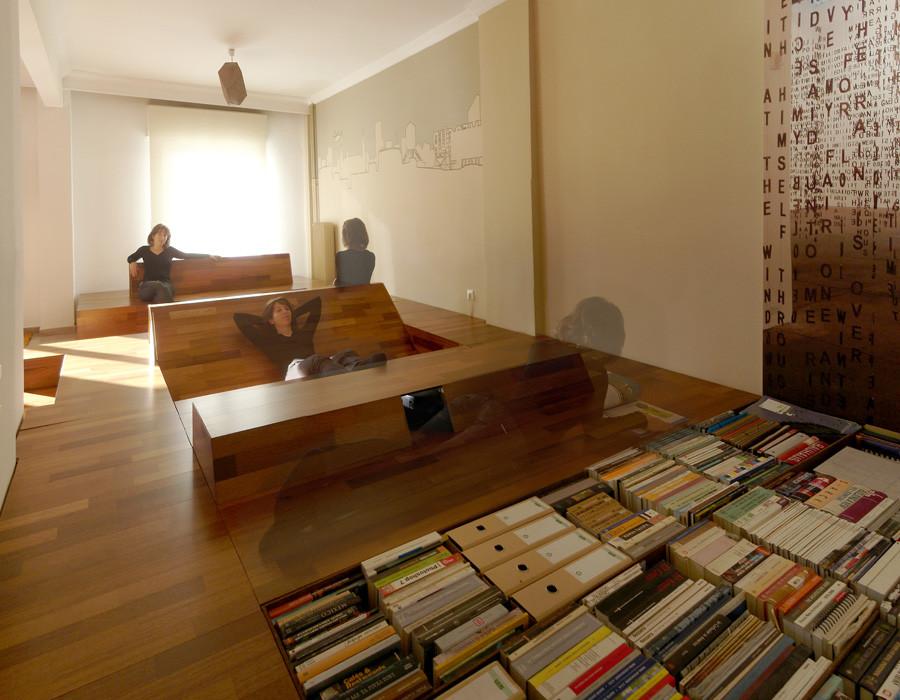 Встроенный книжный шкаф на полу