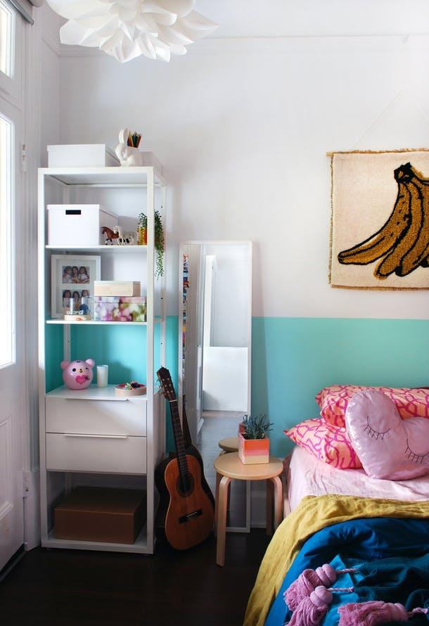 Стеллаж в маленькой спальне для девочки