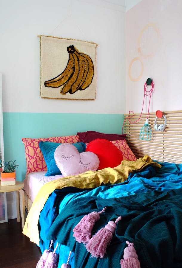 Кровать с подушками в маленькой спальне для девочки