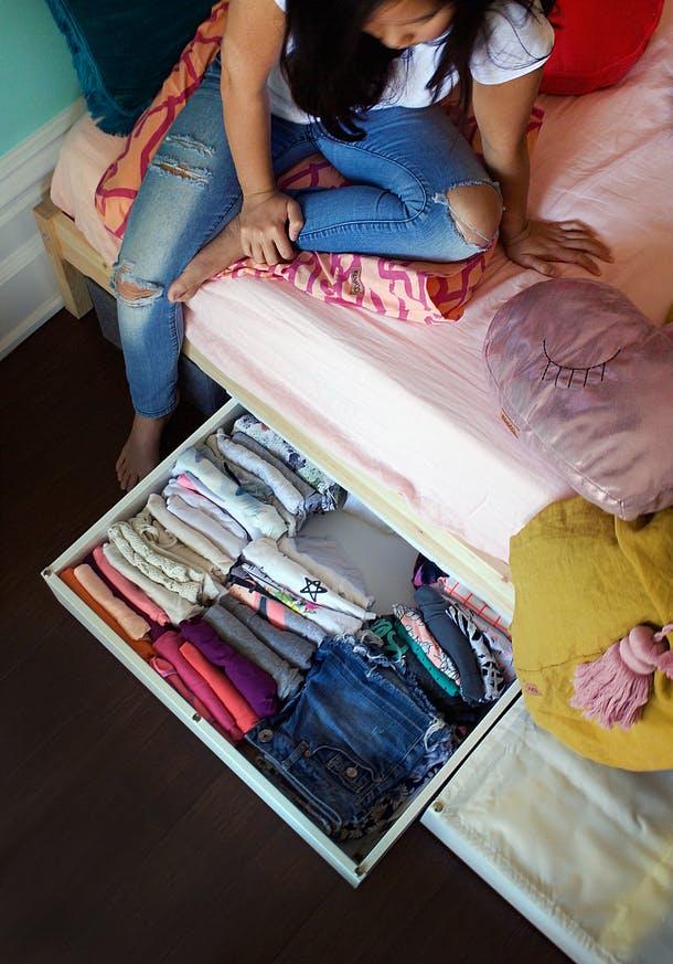 Выдвижные ящики в маленькой спальне для девочки